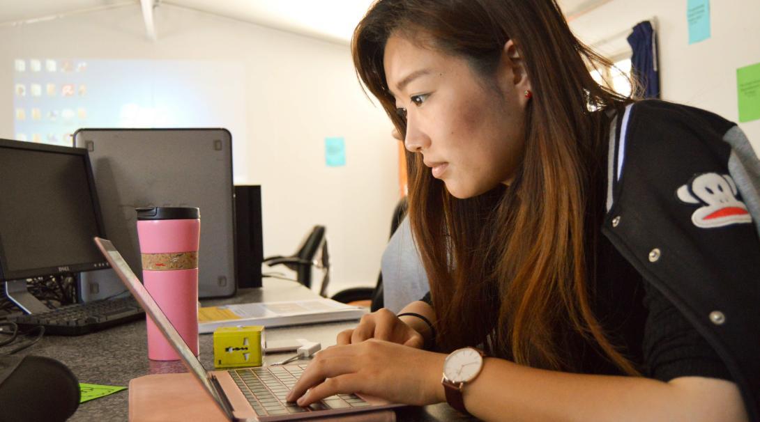 Estudiante trabajando en sus prácticas de Derechos Humanos durante su año sabático antes de la universidad.